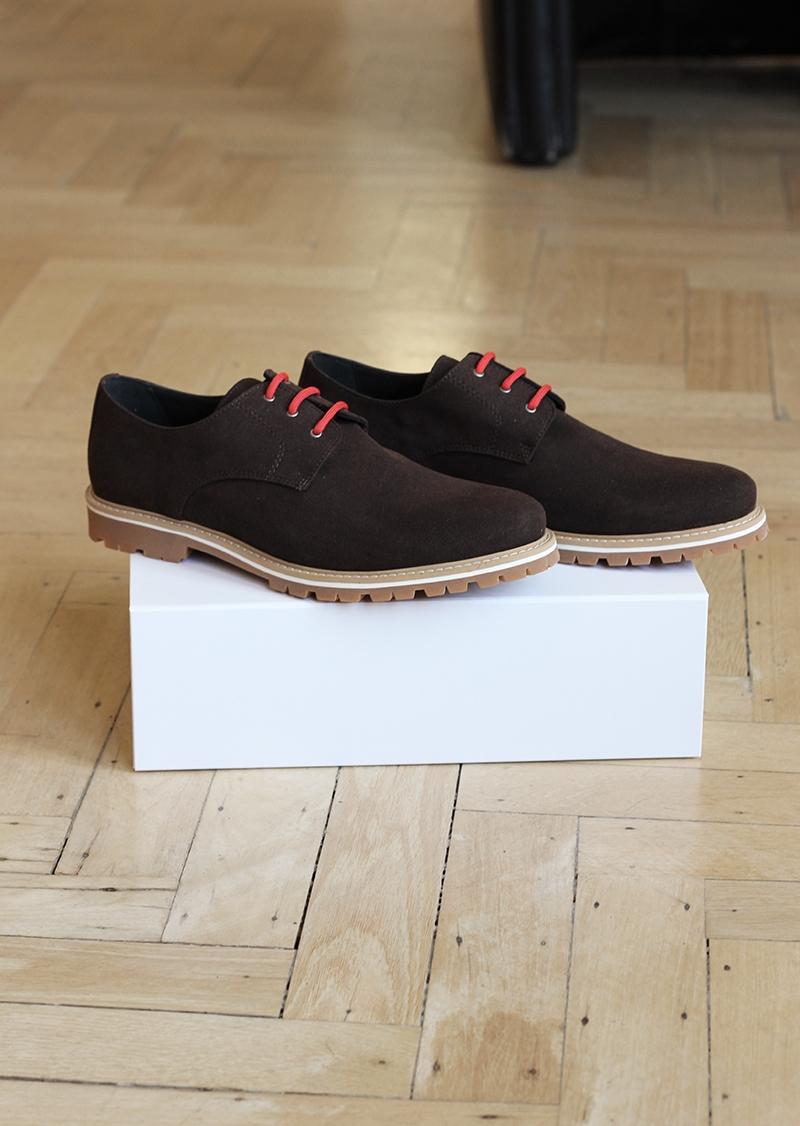 Chaussures en daim vegan marron